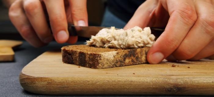 Намазка из скумбрии порадует любителей рыбных блюд. /Фото: youtube.com/watch?v=2D6cj62zGYU