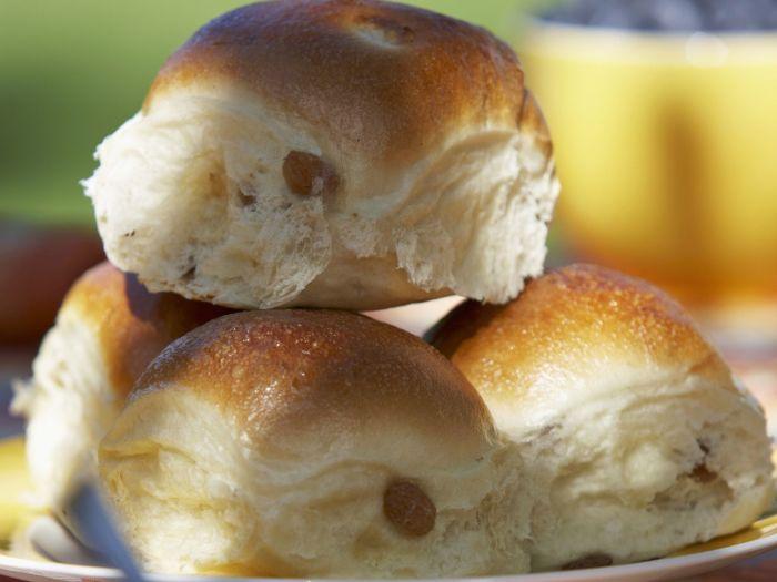 Кто бы мог подумать, что толчком к идее добавлять изюм в булки стал таракан? /Фото: images.eatsmarter.com