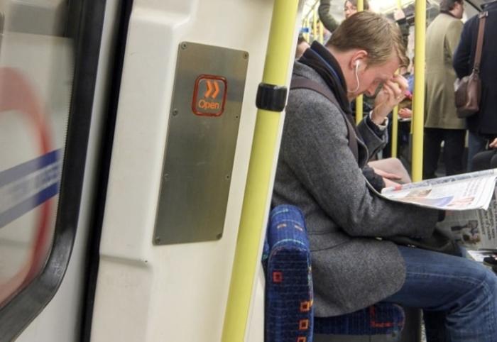 Кнопки закрытия в поездах. /Фото: i.imgur.com