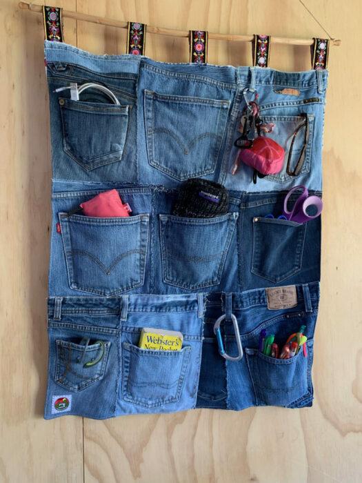 С подвесным органайзером будет больше порядка. /Фото: noelleodesigns.com