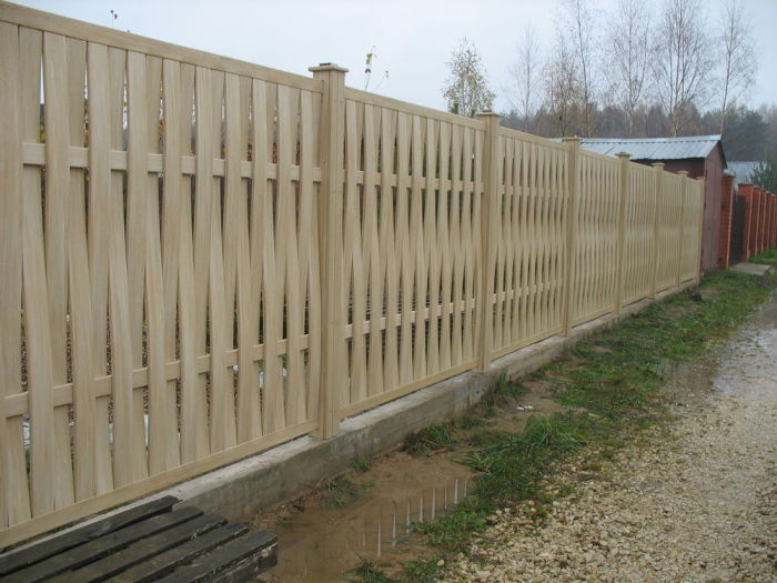 Забор из переплетенных планок легко впишется в любой ландшафтный дизайн. /Фото: cs6.livemaster.ru