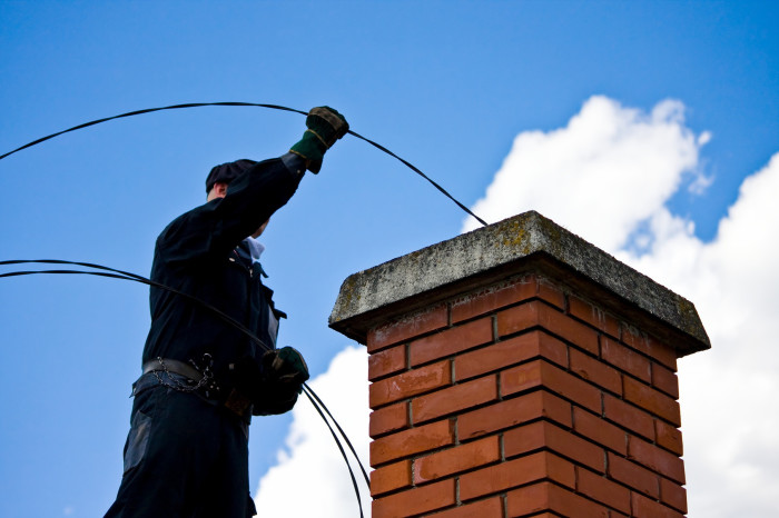 Прочистка дымохода – дело не простое. /Фото: canvaspaperandstone.com