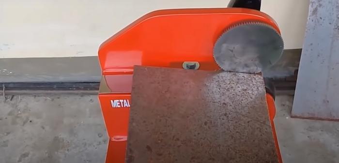 Полезное устройство для экономной нарезки металла. /Фото: youtube.com