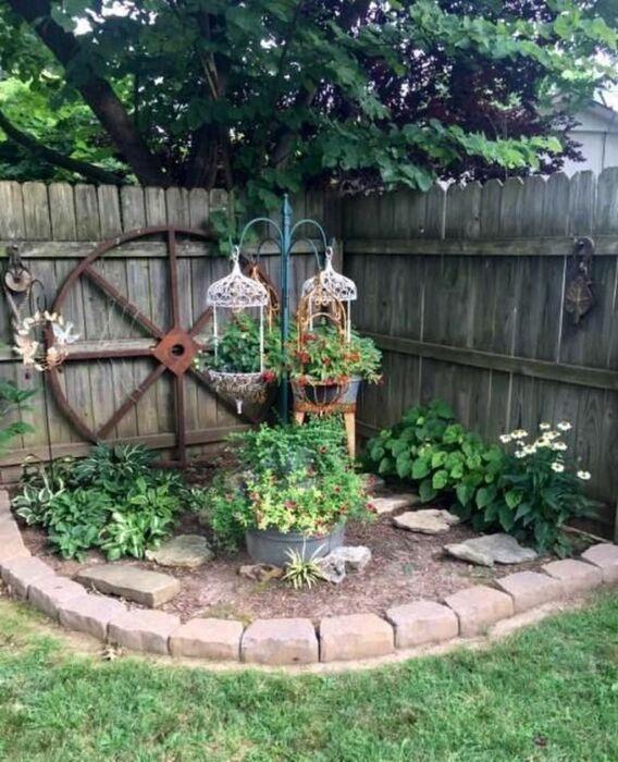 Любые ненужные вещи могут быть использованы для украшения сада и огорода. /Фото: i.pinimg.com
