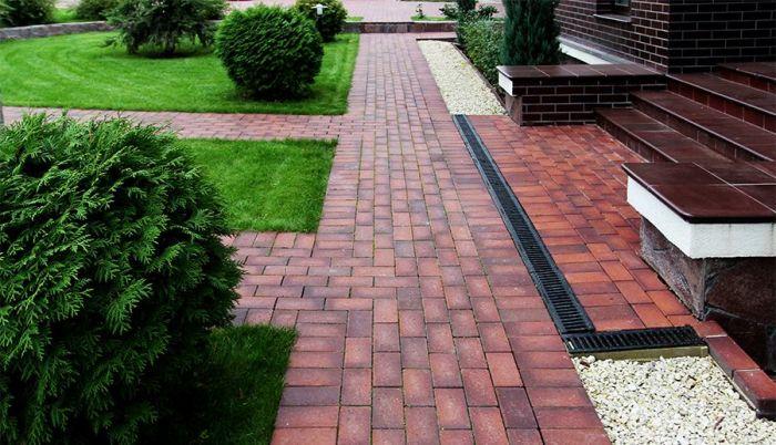 Красивую дорожку не обязательно делать с помощью плитки. /Фото: beton-house.com