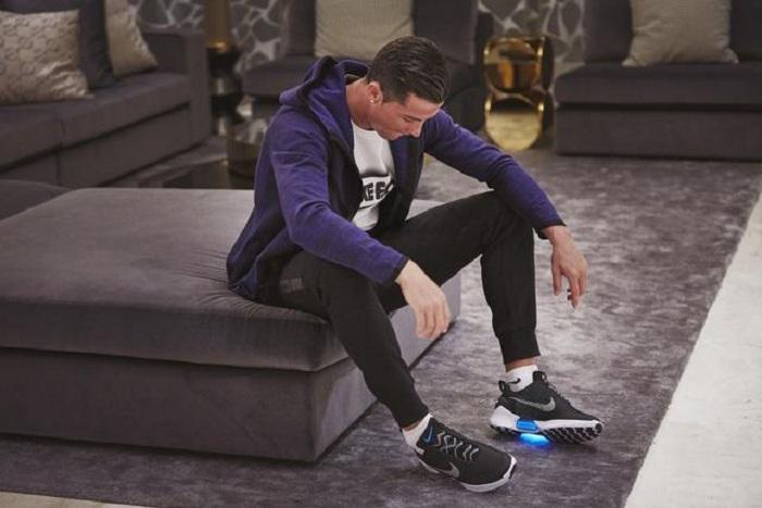 Одним из первых владельцев кроссовок Nike с автоматической шнуровкой стал Криштиану Роналду. /Фото: sport1.vn