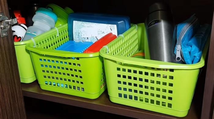 Связанные между собой корзинки удобнее вытягивать из шкафа.