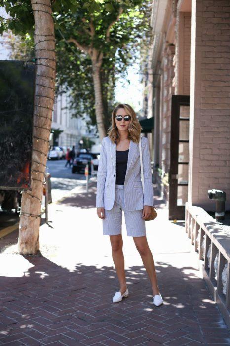 Обувь на низком каблуке хорошо сочетается с шортами. /Фото: fashiontrendwalk.com