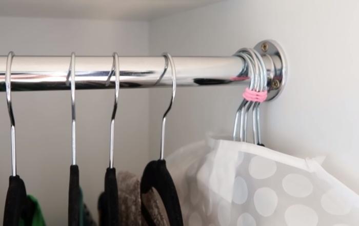 Чехлы для одежды позволяют упаковать сразу несколько вещей в один мешок.