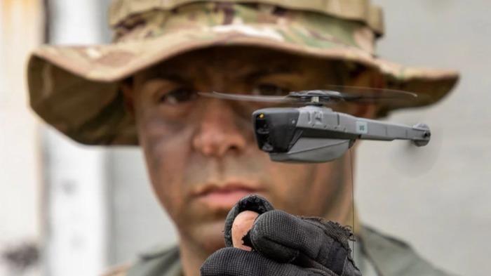 Миниатюрный дрон Black Hornet позволяет вести наблюдения любой сложности. /Фото: the-drive.imgix.netthe-drive.imgix.net
