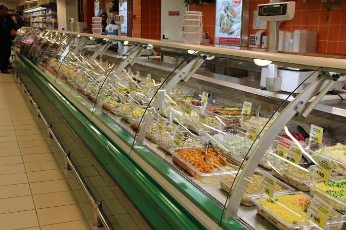 В продуктовом магазине не стесняются перепродавать несвежие продукты в приготовленном виде. /Фото: russianreport.files.wordpress.com