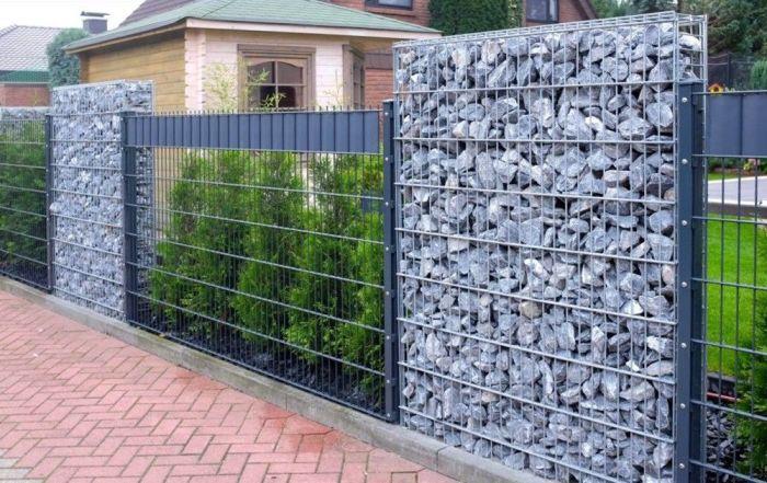 Забор из сетки и габиона сочетает «воздушность» и монументальность. /Фото: i.pinimg.com
