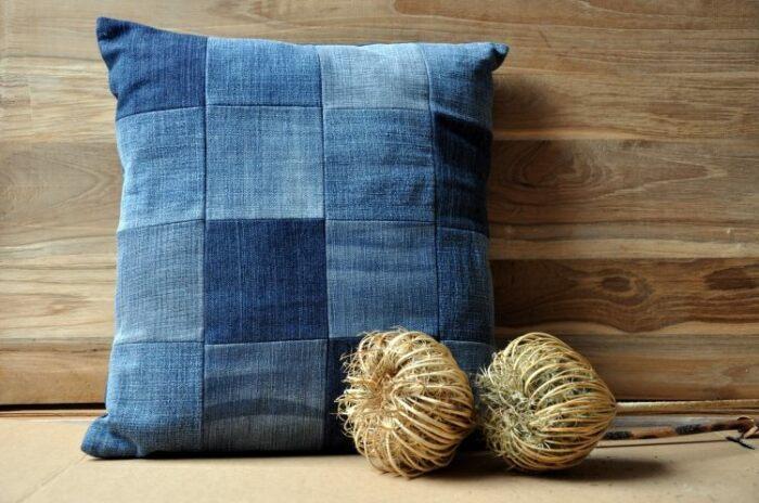 Подушка из денима вносит джинсовую нотку в интерьер. /Фото: deavita.fr