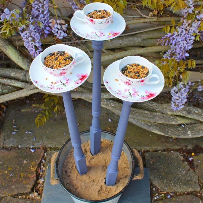 Креативная кормушка из старой посуды. /Фото: i.pinimg.com