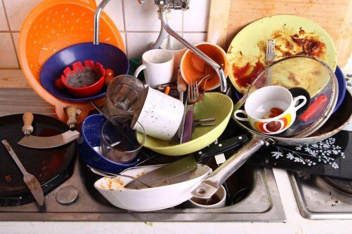 Гора грязной посуды – это негигиенично. /Фото: s.yimg.com