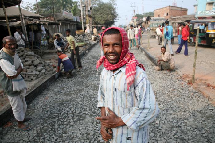 В Индии многие дороги ремонтируются с участием расплавленного пластика. /Фото: vokrugsveta.ua