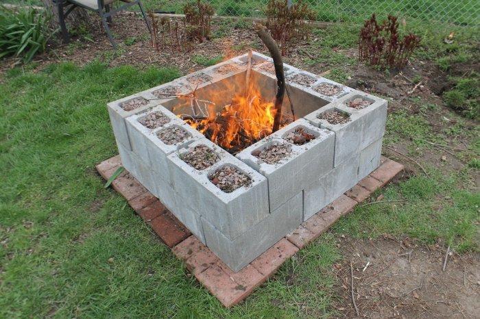 В очаге из шлакоблоков огонь не опасен. /Фото: recreoviral.com