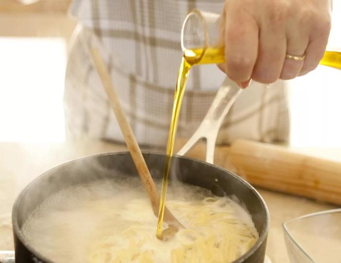 Добавление масла в воду – частая ошибка при варке пасты. /Фото: thespruceeats.com