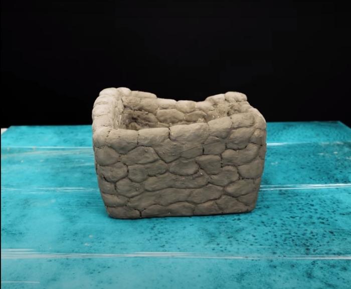 Вот так выглядит декоративный горшок из бетона без дополнительного оформления. /Фото: youtube.com