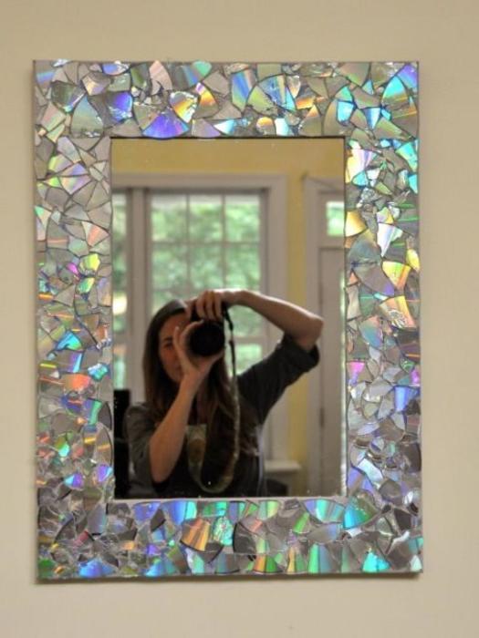 Зеркало с декором из осколков дисков. /Фото: desidees.net