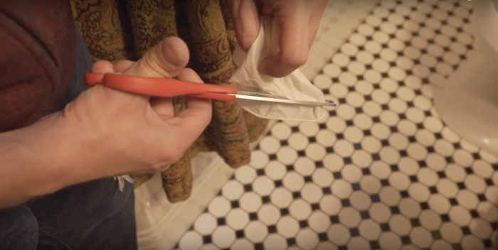 Резиновые перчатки исполняют роль прокладки.