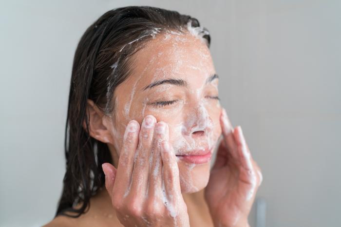 Для мытья лица нельзя применять мыло для посуды. /Фото: news.in-cosmetics.com