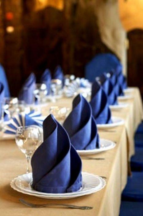 Красивая, но довольно простая фигура для сервировки праздничного стола. /Фото: i.pinimg.com
