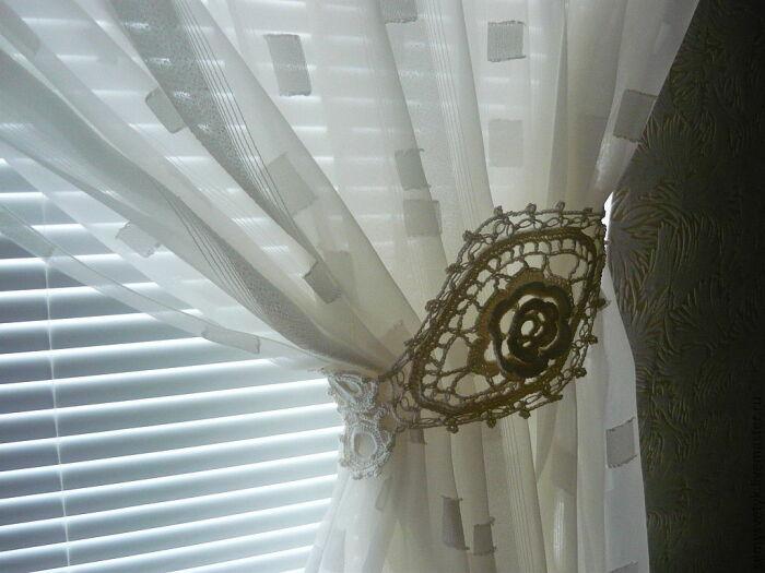 Еще одно решение с вязаными элементами, но уже более классическое, подходящее для деревенского интерьера. /Фото: media.decorateme.com