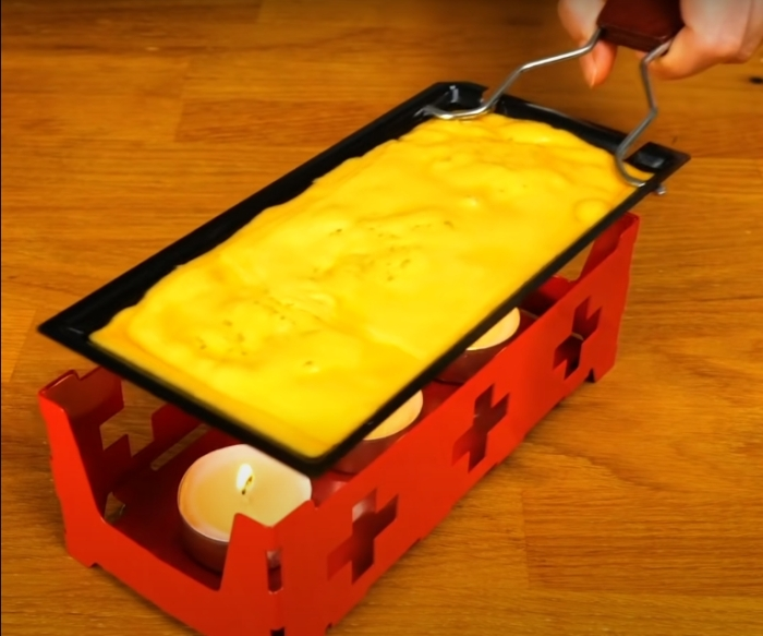Необычная, но очень практичная конструкция, которая помогает быстро и красиво расплавить сыр. /Фото: youtube.com