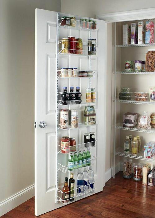 Подвесной органайзер на двери в кладовку добавляет место для хранения припасов. /Фото: cdn.homedit.com
