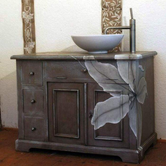 Обновленная старая мебель с атмосферным оформлением в темных тонах. /Фото: folksland.net