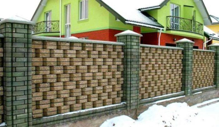 Чуть изменить кладку, и кирпичный забор уже не выглядит банальной оградой. /Фото: i2.wp.com