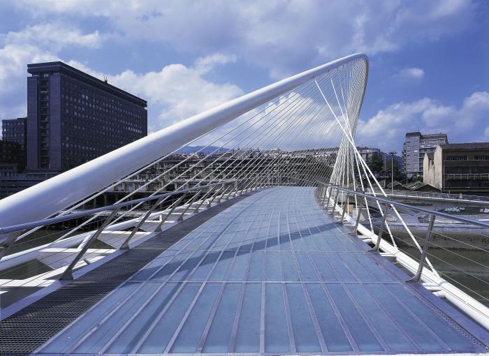Мост Субисури красив, но стеклянная поверхность перехода скользит под ногами. /Фото: calatrava.com