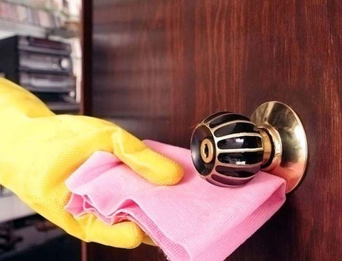 Отчистить дверную ручку можно с помощью шампуня. /Фото: images.thestar.com