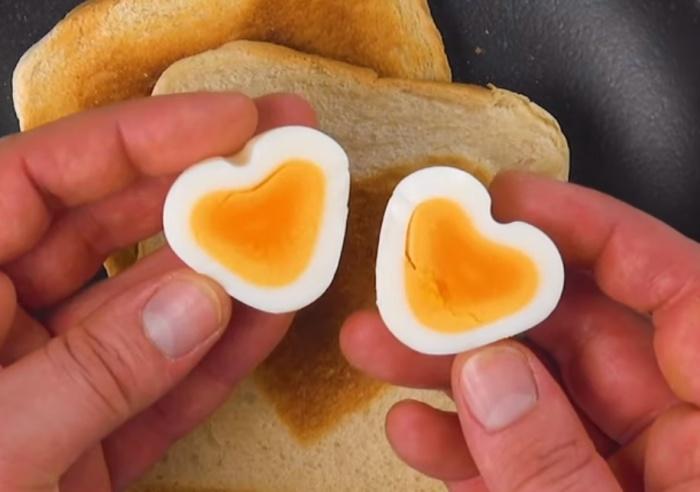 С помощью деревянной шпажки яйцо приобретает форму сердечка.