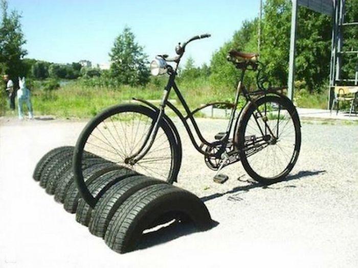 Вкопать несколько шин и парковка для велосипедов готова. /Фото: jutarnji.hr