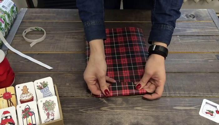 Не стоит раньше времени выбрасывать красивую оберточную бумагу, она может пригодиться. /Фото: i.ytimg.com
