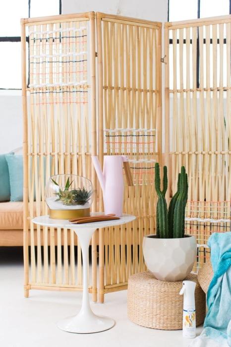 Ширма — необходимая вещь для зонирования помещения маленькой квартиры. /Фото: mtdata.ru