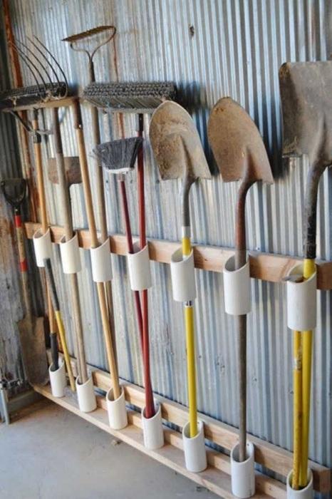 Обрезки труб служат отличными держателями. /Фото: homebuildecor.com