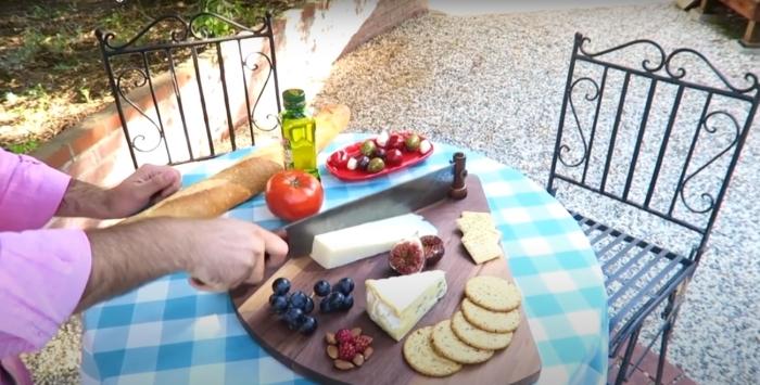 Практичное и стильное решение для нарезки и оформления сырной доски. /Фото: youtube.com