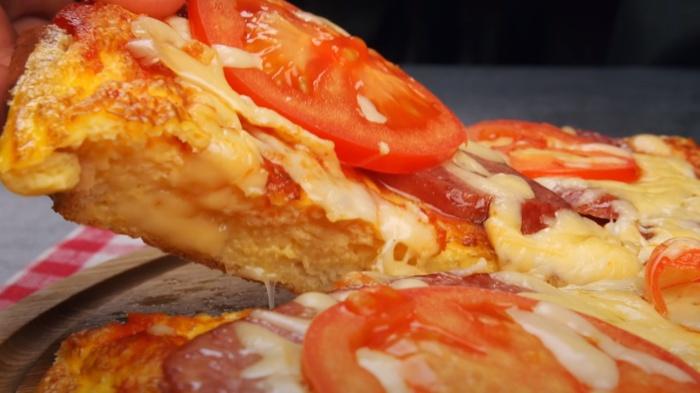 Хлебно-омлетная «пицца» не менее вкусная, чем оригинальное блюдо. /Фото: youtube.com/watch?v=aPzyegoE_aA&t=28s