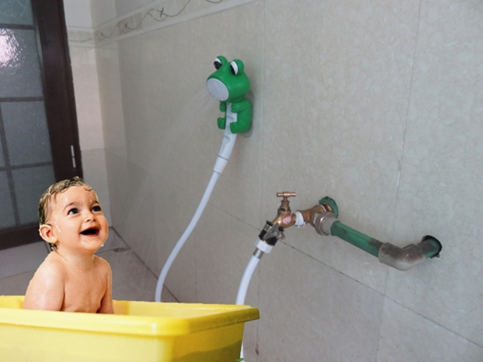 С такой насадкой мыть ребенка будет намного удобней. /Фото: i0.wp.com