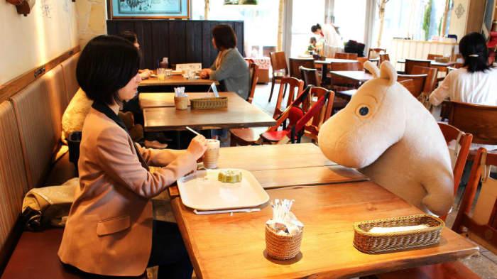 В кафе Moomin Café посетителям никогда не будет одиноко. /Фото: dynaimage.cdn.cnn.com
