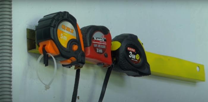 С таким простым изобретением рулетки всегда будут на видном месте. /Фото: youtube.com