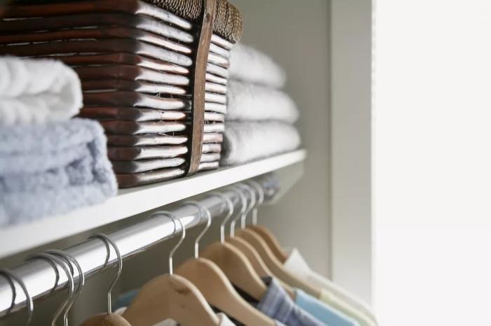 Для каждой вещи есть свой оптимальный способ хранения: на плечиках, полках или в ящиках. /Фото: thespruce.com