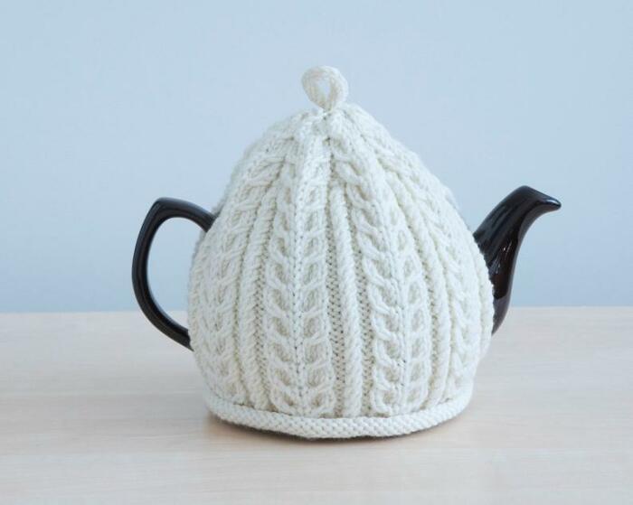 Вязаный чехол с узорами украшает чайник. /Фото: i.etsystatic.com
