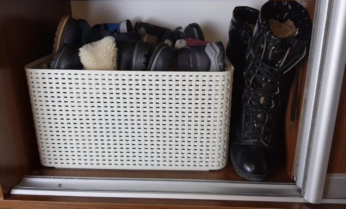 Корзина – удобный органайзер для хранения низкой обуви на высоких полках.