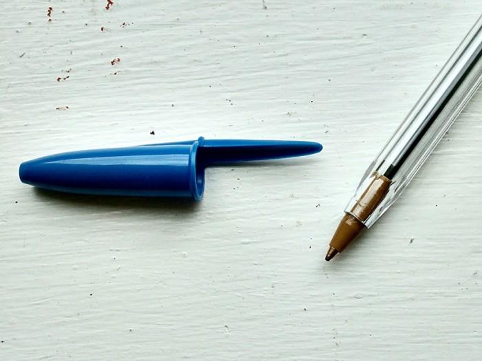Отверстия в колпачке шариковой ручки сделаны неспроста. /Фото: eonline.lk