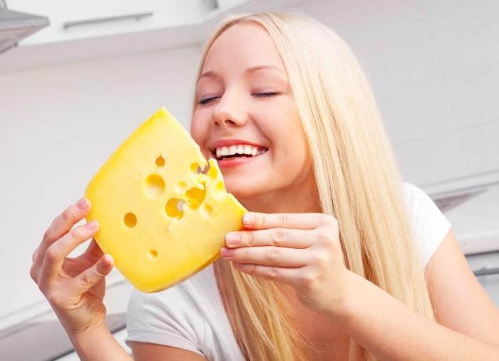 Сыр очень полезен, но в умеренных количествах. /Фото: dailyjust.com