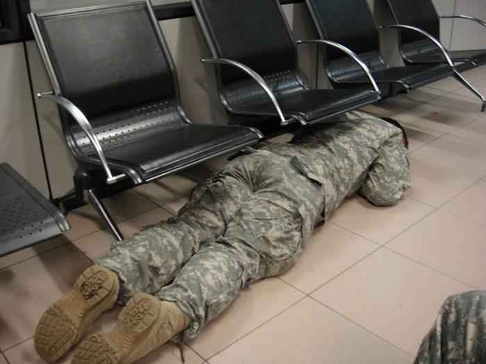 Ничто не помешает сну солдата. /Фото: d29l8fj0bhi1tg.cloudfront.net